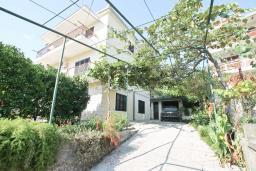 Фасад дома. Черногория, Игало : Отдельный этаж дома - апартамент в Игало с 4-мя спальнями, с большой гостинной с кухней, с 3-мя ванными комнатами, с большим балконом с видом на море, с отдельным входом с улицы