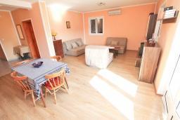 Гостиная. Черногория, Игало : Отдельный этаж дома - апартамент в Игало с 4-мя спальнями, с большой гостинной с кухней, с 3-мя ванными комнатами, с большим балконом с видом на море, с отдельным входом с улицы