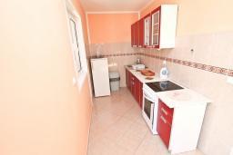 Кухня. Черногория, Игало : Отдельный этаж дома - апартамент в Игало с 4-мя спальнями, с большой гостинной с кухней, с 3-мя ванными комнатами, с большим балконом с видом на море, с отдельным входом с улицы