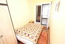 Спальня. Черногория, Игало : Отдельный этаж дома - апартамент в Игало с 4-мя спальнями, с большой гостинной с кухней, с 3-мя ванными комнатами, с большим балконом с видом на море, с отдельным входом с улицы