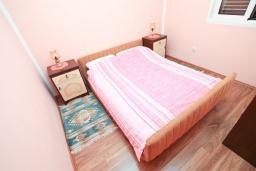 Спальня 2. Черногория, Игало : Отдельный этаж дома - апартамент в Игало с 4-мя спальнями, с большой гостинной с кухней, с 3-мя ванными комнатами, с большим балконом с видом на море, с отдельным входом с улицы