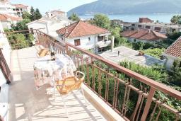 Балкон. Черногория, Игало : Отдельный этаж дома - апартамент в Игало с 4-мя спальнями, с большой гостинной с кухней, с 3-мя ванными комнатами, с большим балконом с видом на море, с отдельным входом с улицы