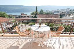 Вид на море. Черногория, Игало : Отдельный этаж дома - апартамент в Игало с 4-мя спальнями, с большой гостинной с кухней, с 3-мя ванными комнатами, с большим балконом с видом на море, с отдельным входом с улицы