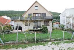 Дом площадью 350м2 с невероятным видом на море, террасы 80м2, земля 100м2. в Герцег Нови