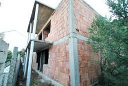 Продаётся недостроенный дом 100m2. Выполнены грубые строительные работы. Подведены вода и электричество.  в Герцег Нови