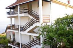 3-х этажный дом в Биела. Три апартамента 68м2, 3 балкона по 10м2, 3 террасы по 25м2, гараж 40м2, вспомогательный объект 16м2.  в Биеле