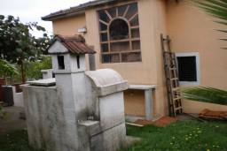 Дом в Биела площадью 150м2. В доме два 2-комнатных апартамента, земельный участок 700м2. 400 метров до моря. в Биеле