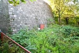 Недостроенный дом в Херцег-Нови, в центре Старого города, площадью 100м2. Земельный участок 200м2. Есть оплаченное разрешение на строительство. Один владелец.  100 метров до моря.  в Герцег Нови