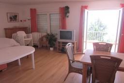 4-х этажный дом в Херцег-Нови площадью 240м2. 7 спальных комнат (2 на каждом этаже, 1 на чердаке). 4 ванных комнаты. 30 метров до моря. в Герцег Нови