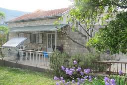 Срочно! Дом в Херцег-Нови, 100 метров от моря, рядом с медицинским институтом в Игало. Комфортный 2-х этажный дом площадью 70м2, с террасой 20м2.  в Игало
