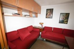 2-х этажный дом в Херцег-Нови – Мельине, площадью 60м2. Первый этаж: спальня, кухня, гостиная, ванная комната. Второй этаж: две спальни, прихожая, ванная комната. в Мельине