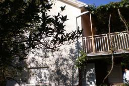 Дом в Херцег-Нови – Србина, площадью 70м2, земельный участок 300м2. Дом включает в себя: 3 спальни, кухня, с большим балконом с видом на море. 700 метров до моря. в Герцег Нови