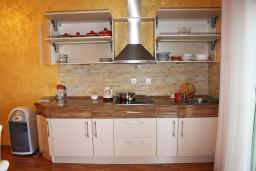 Кухня. Черногория, Крашичи : Трёхместная студия с террасой и видом на море