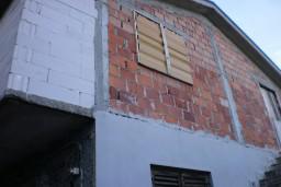 Дом в Херцег-Нови – Србина, площадью 200м2. Два 3-х комнатных комфортабельных апартамента, строящаяся мансарда, террасы с видом на море. 600 метров до моря. в Герцег Нови