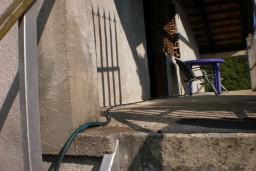 2-х этажный дом в Суторине, площадью 56м2. Земельный участок 900м2. Дом построен и укомплектован. Состоит из 3-х комнатного апартамента, террасы 20м2 с видом на сад.  в Игало