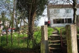 Дом в Герцег-Нови, площадью 80м2. Земельный участок 515м2. Два места для парковки. Дом построен в 1985 году. Есть подвал, подключено электричество, вода, телефон. С дома открывается шикарный вид на Боко-Которский залив. в Герцег Нови