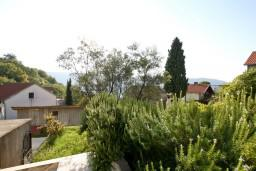 3-х этажный дом в пригороде Герцег-Нови - Топла, площадью 330м2. Земельный участок площадью 633м2, сад, гараж.  в Герцег Нови