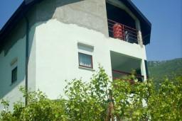 3-х этажный дом в Герцег-Нови – Зеленика, площадью 150м2, земельный участок 410м2. В доме два 2-х комнатных апартамента.  в Зеленике