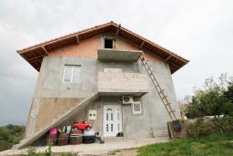 Дом в Герцег-Нови - Чела, площадью 186м2. Земельный участок 600м2. 2 этажа, имеются большие возможности для строительства. Два 3-х комнатных апартамента (2 спальни, гостиная, кухня, балкон с видом на море). в Герцег Нови
