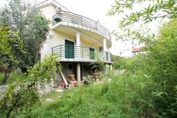 Дом в Херцег-Нови – Дженовичи, площадью 360м2, земельный участок 600м2. 2-х этажный дом с подвалом. Два 4-х комнатных апартамента с балконом с видом на море. 150 метров до моря. в Дженовичи
