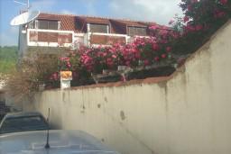Дом в Херцег-Нови – Биела, площадью 400м2, земельный участок 710м2. 2 этажа и мансарда. 8 комнат. Место для парковки 120м2. Имеется собственный гараж.   в Биеле