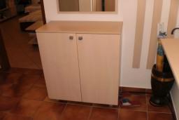 Апартамент-студия в Герцег-Нови – Биела, площадью 31м2. 150м. до моря. Большая комната с кухней, коридор, ванная комната с душевой кабинкой. Два шкафа в коридоре. Кондиционер, домофон, полностью оборудован новой мебелью и оборудованием.    в Биеле
