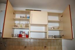 Кухня. Черногория, Жанице / Мириште : Апартамент с отдельной спальней, с балконом и видом на сад