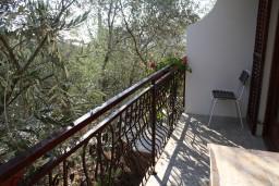 Балкон. Черногория, Жанице / Мириште : Апартамент с отдельной спальней, с балконом и видом на сад