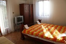 Спальня. Черногория, Жанице / Мириште : Апартамент с отдельной спальней, с балконом, с видом на море и на сад