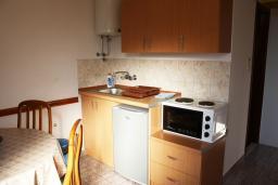 Кухня. Черногория, Жанице / Мириште : Апартамент с отдельной спальней, с балконом, с видом на море и на сад