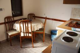 Обеденная зона. Черногория, Жанице / Мириште : Апартамент с отдельной спальней, с балконом, с видом на море и на сад