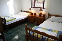 Спальня. Черногория, Жанице / Мириште : Апартамент для 8 человек с тремя отдельными спальнями, с террасой и видом на сад