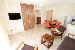 Гостиная. Черногория, Петровац : Апартамент с балконом в 30 метрах от пляжа