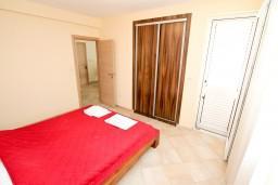 Кухня. Черногория, Петровац : Апартамент с балконом в 30 метрах от пляжа