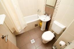 Ванная комната. Черногория, Петровац : Апартамент с балконом в 30 метрах от пляжа