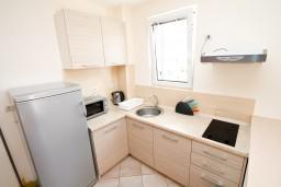 Кухня. Черногория, Петровац : Апартаменты с террасой, 30 метров от пляжа, с балконом с видом на море