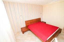 Спальня. Черногория, Петровац : Апартаменты с террасой, 30 метров от пляжа, с балконом с видом на море