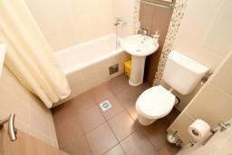 Ванная комната. Черногория, Петровац : Апартаменты с террасой, 30 метров от пляжа, с балконом с видом на море