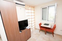 Студия (гостиная+кухня). Черногория, Петровац : Студия с видом на море, 30 метров от пляжа, с балконом с видом на море