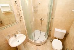 Ванная комната. Черногория, Петровац : Студия с видом на море, 30 метров от пляжа, с балконом с видом на море