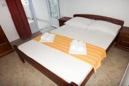 Спальня. Черногория, Петровац : Апартамент в Петроваце с балконом в 250 метрах от моря