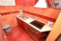 Кухня. Черногория, Жанице / Мириште : Апартамент для 4-5 человек, с двумя отдельными спальнями, с балконом с видом на море, 80 метров до пляжа
