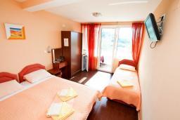Черногория, Петровац : Комната для 3 человек, с видом на море