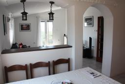 Гостиная. Черногория, Жанице / Мириште : Апартамент для 5 человек с двумя отдельными спальнями, с балконом и видом на сад