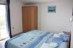 Спальня. Черногория, Жанице / Мириште : Апартамент для 5 человек с двумя отдельными спальнями, с балконом и видом на сад