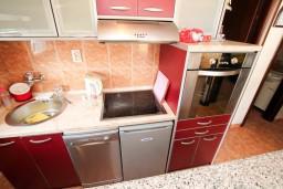 Кухня. Черногория, Петровац : Апартамент для 4-5 человек, 2 отдельные спальни, с видом на море