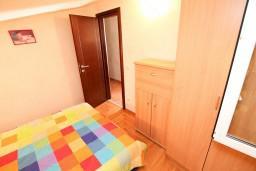 Спальня. Черногория, Петровац : Апартамент для 4-5 человек, 2 отдельные спальни, с видом на море