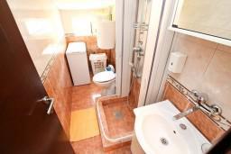 Ванная комната. Черногория, Петровац : Апартамент для 4-5 человек, 2 отдельные спальни, с видом на море