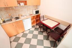 Кухня. Черногория, Петровац : Студия на первом этаже в Петроваце