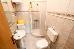 Ванная комната. Черногория, Петровац : Студия на первом этаже в Петроваце
